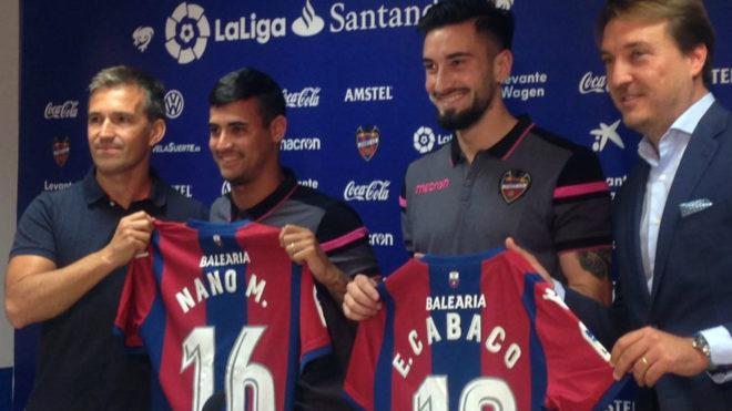 Nano y Cabaco posan con la camiseta del Levante junto a Tito y...