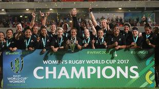 La selección de Nueva Zelanda posando con la copa de campeonas del...
