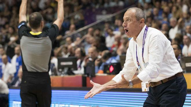 Ettore Messina dirigiendo un partido de Italia en este Eurobasket 2017