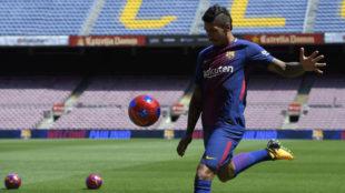 Paulinho (29) patea el bal�n durante su presentaci�n como nuevo...