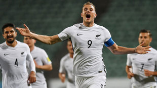 Chris Wood celebra un gol ante Islas Salomón