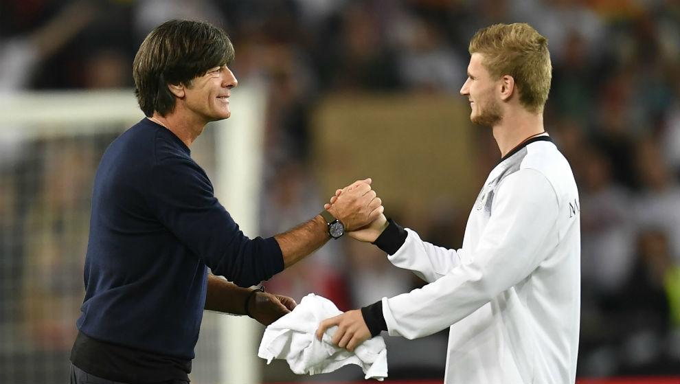 Werner saluda a Löw tras su doblete frente a Noruega.