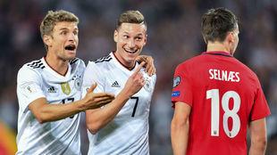 Draxler sonríe junto a Müller después de lograr el 2-0 de Alemania.