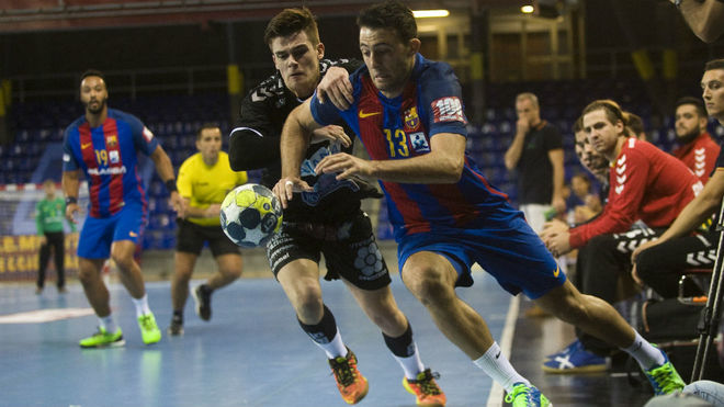 Mario López y Aitor Ariño corren tras el balón en un Barcelona -...