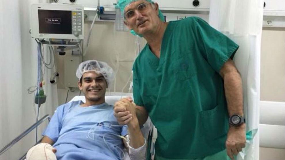 Bruno Hortelano, junto a uno de los médicos que le intervinieron la...