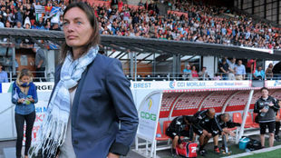 Corinne Diacre durante un partido de la Liga francesa.