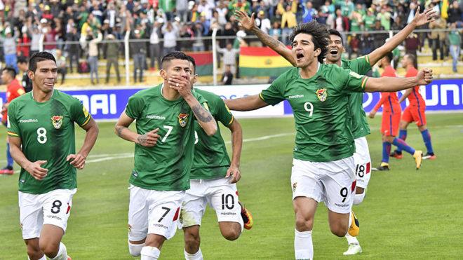 Arce, dorsal 7, celebra su gol junto a Bejarano, Campos y Martins.