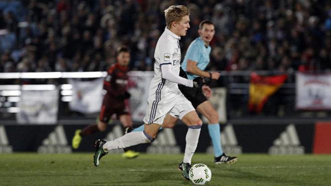Odegaard conduce un balón en un partido con el Castilla.