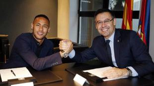 Neymar junto a Bartomeu en la �ltima renovaci�n del brasile�o con...