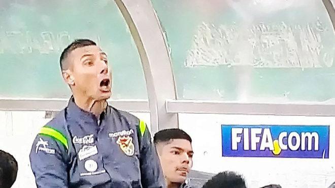 Pablo Escobar se encara con los jugadores chilenos.