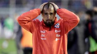 Vidal (30) se lamenta tras la derrota de la selección de Chile frente...