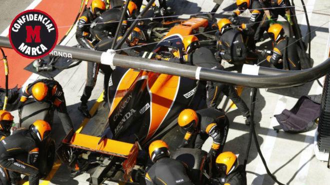 Mecánicos de McLaren cambian los neumáticos a Vandoorne en Monza.