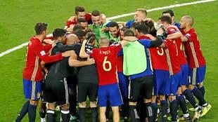 Los jugasdores de la selección española celebran la contudente...