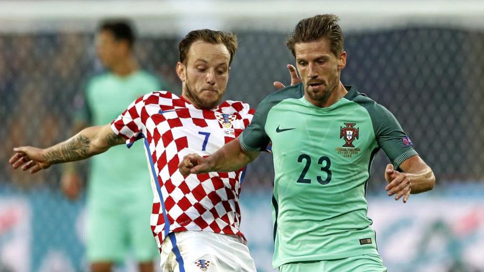 Adrien Silva (28), junto a Ivan Rakitic (29) en un partido entre las...