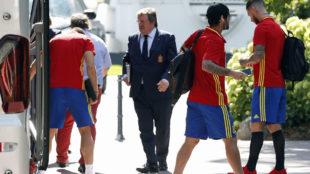 Larrea, junto a Sergio Ramos e Isco a su llegada a Bad Ragaz