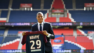 Mbappé posa con la camiseta del PSG