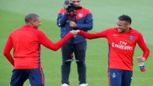Neymar y Mbapp�, durante el entrenamiento del PSG