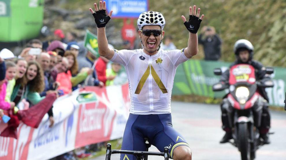 Denifl celebrando su triunfo en meta.