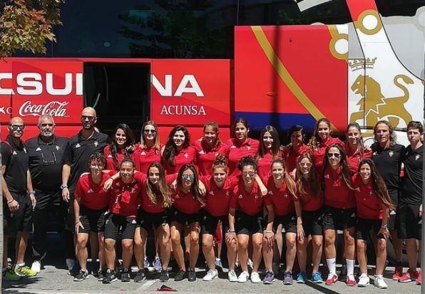 Plantilla del Osasuna posando junto al autobús del equipo.