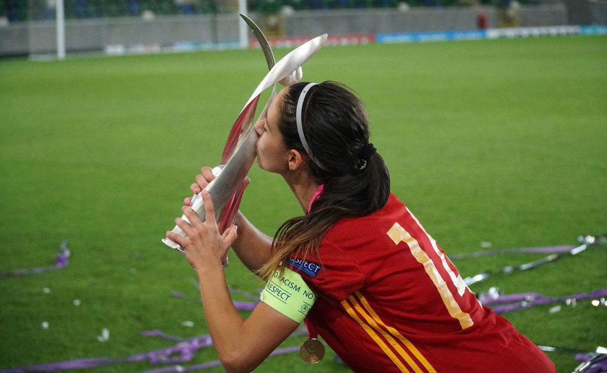 Aitana Bonmatí besando el trofeo de campeones de Europa Sub'19.