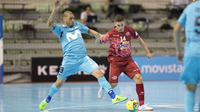 Fernando conduce el balón ante la presencia de Elisandro.
