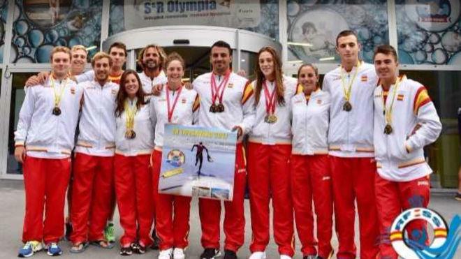 Los medallistas españoles en las prueba de piscina posan ante la...