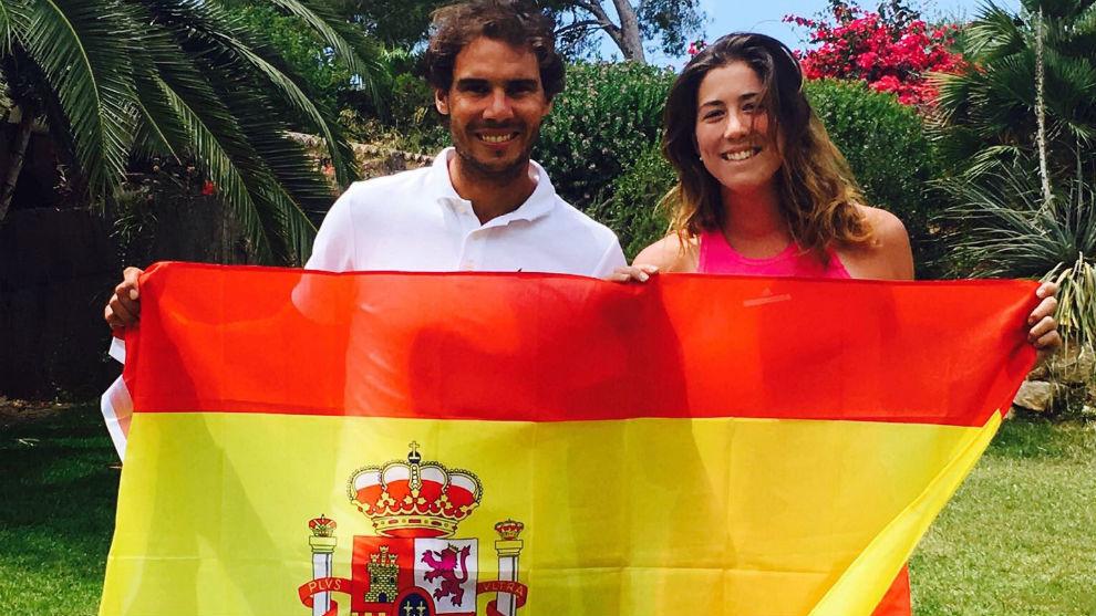 Nadal y Garbiñe, con la bandera de España