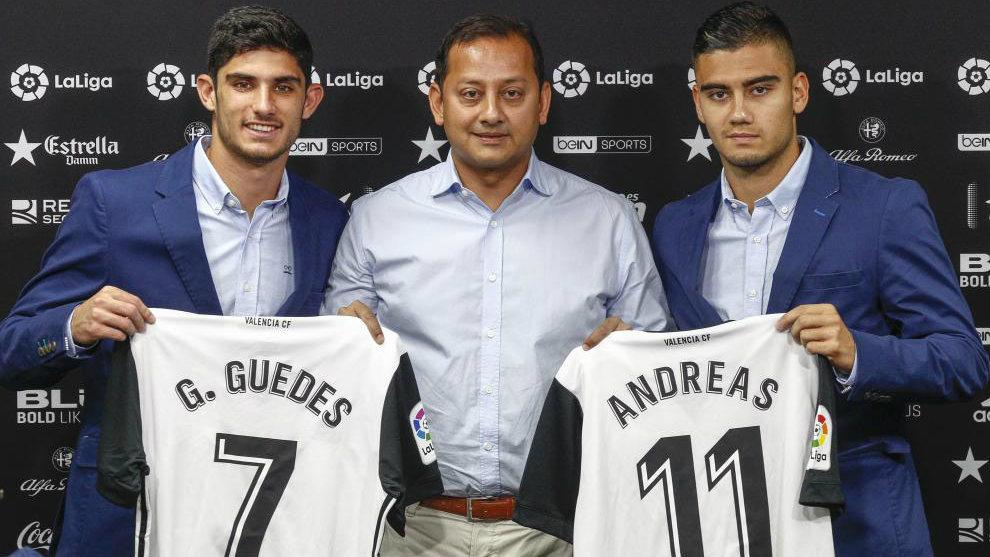 Guedes y Pereira posan con sus camisetas junto al presidente Anil...