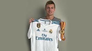 Kroos posa con su camiseta y su medalla de la Supercopa de España