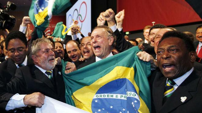 Nuzman (en el centro) con Lula (izquierda de la imagen) y Pelé...
