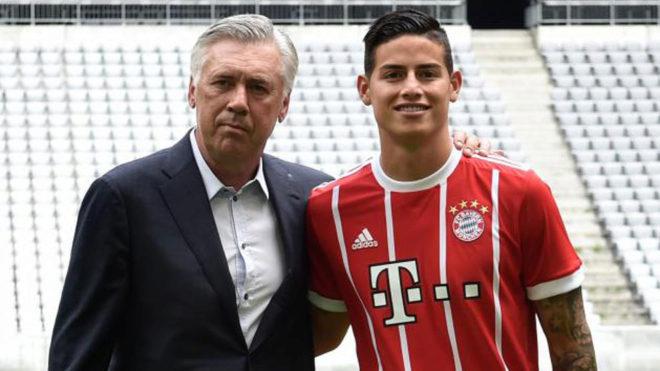Ancelotti posa con James durante su presentación.