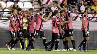 Los jugadores del Tenerife celebran uno de sus tres goles en Vallecas