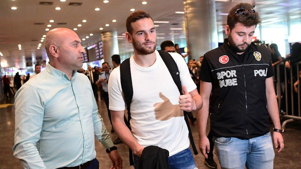 Vicent Jansse (23), en el aeropuerto de Estambul.