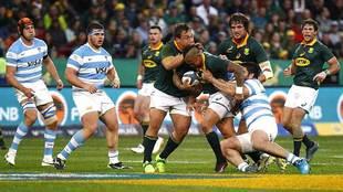 Elton Jantjies avanza con el oval durante el Sudáfrica-Argentina en...