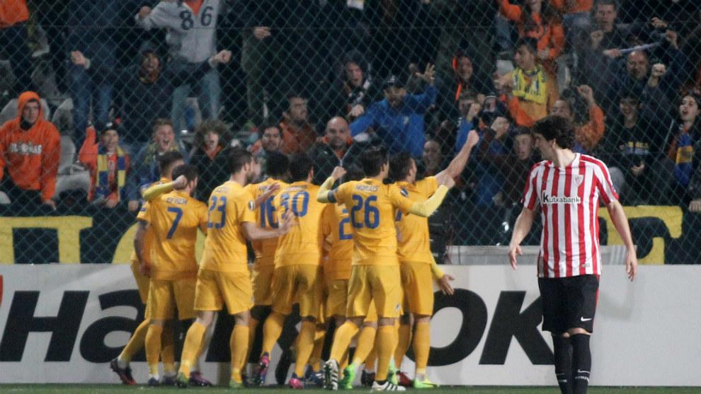 Los jugadores del Apoel celebrando un gol ante el Athletic en la...