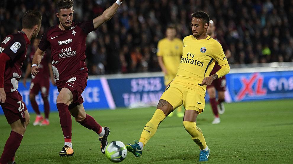 Neymar toca el balón ante dos jugadores del Metz.