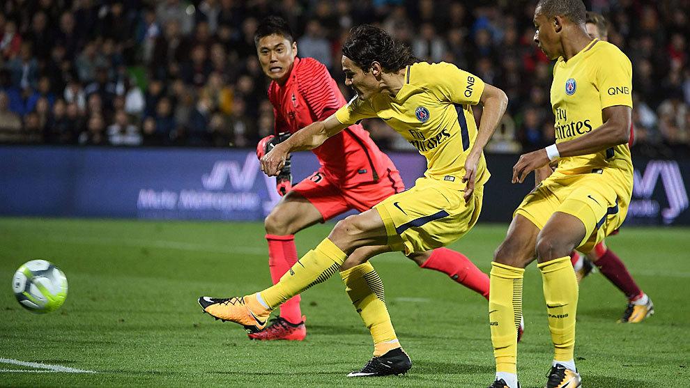 Cavani anota el primer gol ante la mirada de Mbappé.