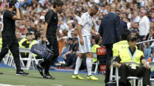 Benzema abandona el c�sped lesionado