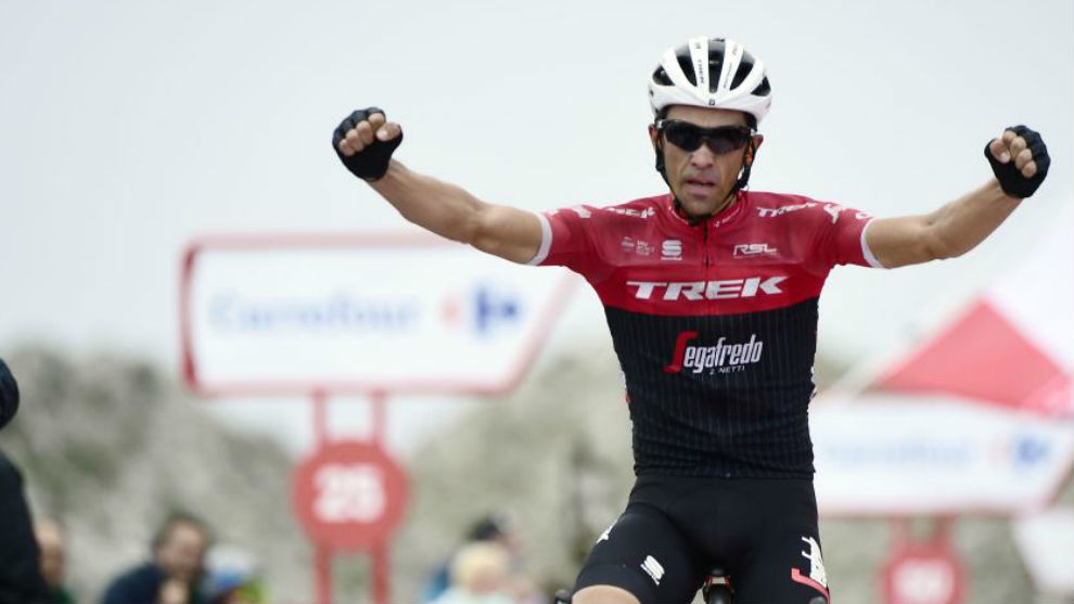 Alberto Contador, al pasar la meta en la etapa de hoy, la del Angliru.