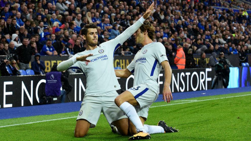 Morata celebra con Marcos Alonso su gol al Leicester.