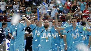 Ricardinho, elegido MVP, levanta el trofeo de la Supercopa.