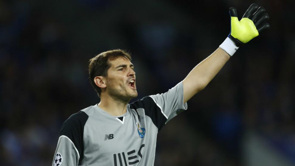 Iker Casillas (36), dando órdenes a su defensa