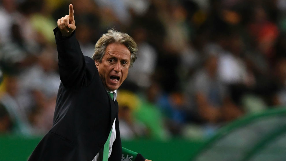 Jorge Jesús da indicaciones durante un partido con el Vitória.