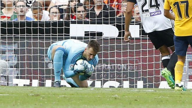 Neto (28) bloca la pelota agachado durante el partido de ayer en...