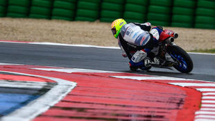 Fenati pilota su Honda con la pista mojada.