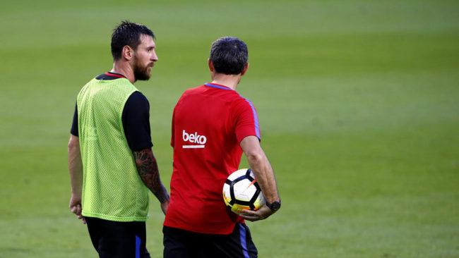 Valverde y Messi charlan durante un entrenamiento.