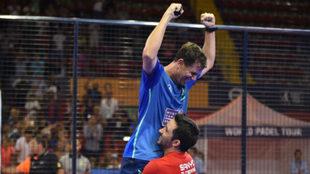 Paquito y Sanyo celebran su victoria en Sevilla.