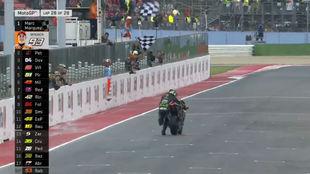 Johann Zarco, empujando la moto para llegar a la meta y sumar un punto