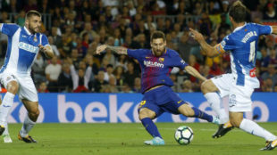 Leo Messi golpea un bal�n en el partido de ayer frente al Espanyol