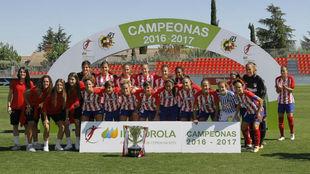 Las jugadoras del Atlético de Madrid posan con la copa de campeonas...